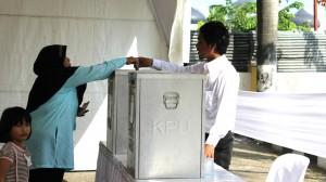Seorang pemilih memberikan suara di satu dari 9.786 tempat pemungutan suara di seluruh Aceh.