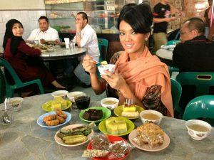 Farah Quinn di Warkop Solong