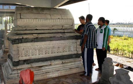 Kondisi makam banyak retak pasca-musibah gempa Desember 2004 di Aceh Utara (Foto Mudastsir)