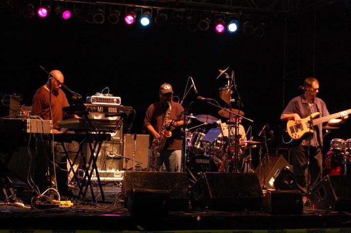 Steve Thornton memainakn saxophone (freeportjazz.com)