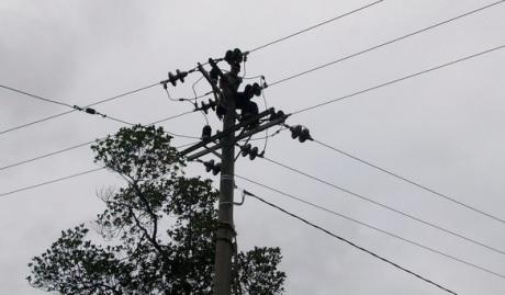 Tiang dan label listrik PLTD Seurapong (Foto M Iqbal)
