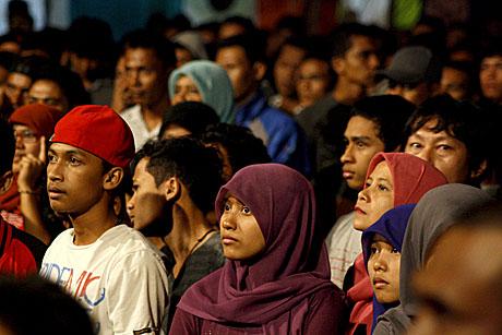 Penonton yang menyaksikan pertunjukkan Aziz Jamrud dkk di Piasan Seni (Foto Pozan Matang)