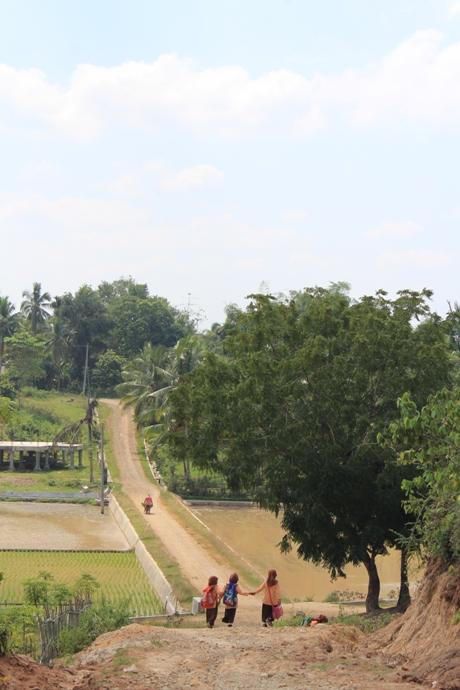 Jalan desa setempat, anak-anak pulang dari sekolah MIS Sawang berjalan kaki (Foto Fachrul Fikri)