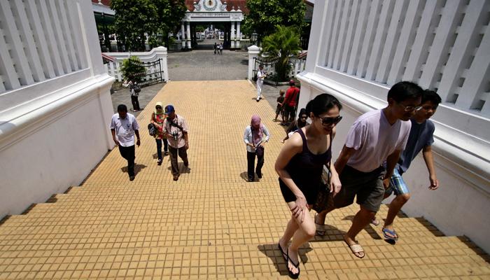Sejumlah wisatawan mengunjungi Kraton Yogyakarta (antaranews.com)