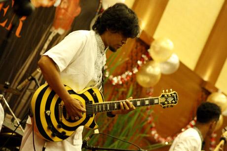 aksi gitaris kande