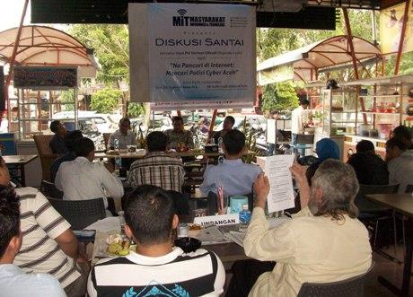 Suasana diskusi santai Cybercrime di Warkop The Stone Banda Aceh (Foto M Iqbal)
