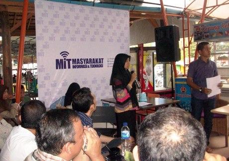 Suasana tanya jawab di diskusi Cybercrime di Warkop The Stone Banda Aceh (Foto M Iqbal)