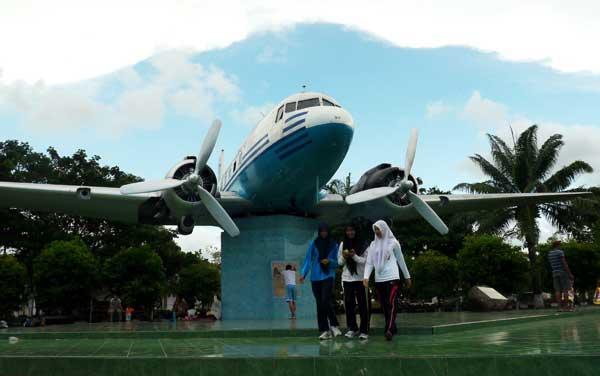Replika pesawat RI-001, pesawat pertama sumbangan rakyat Aceh dalam mempertahankan kemerdekaan di lapangan Blang Padang, Banda Aceh, Senin (8/4). (ANTARA/Ampelsa)