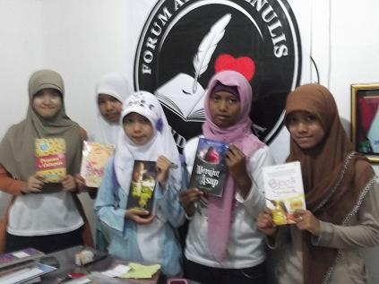 Siswa kelas sanggar menulis FAM Indonesia di Pare, kartini-kartini masa kini