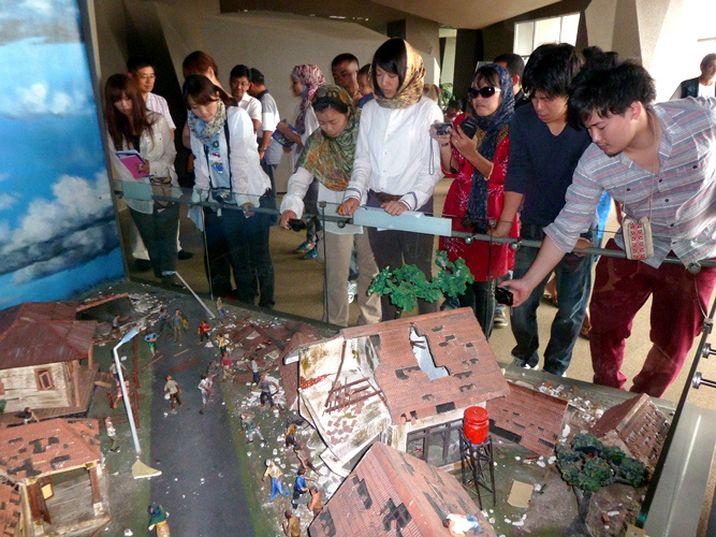 Pengunjung museum tsunami di Banda Aceh