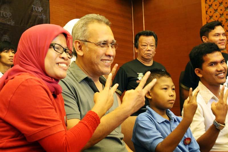 Pendiri Darah Untuk Aceh, Nurjannah (kiri) foto bersama Iwan Fals dan penderita Thalassemia (Foto Pozan Matang)