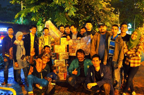 Masyarakat dan mahasiswa Aceh usai menggalang dana di Bundara HI Jakarta (Foto Twitter @azwaraceh)