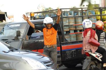 Abang Ini Melakukan Aksi Heroik Mengatasi Kemacetan Lalu-Lintas