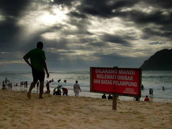 Rambu peringatan bagi pengunjung di pantai Lampuuk (M Iqbal/SeputarAceh.com)