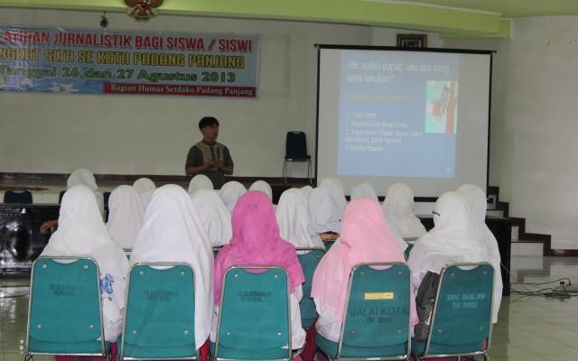 Sebanyak 50-an pelajar SMA/SMK/MAN se-Kota Padangpanjang mengikuti Pelatihan Jurnalistik Bagi Siswa/Siswi Tingkat SLTA yang digelar Humas Setdako Padangpanjang, Senin (26/8), di aula Balaikota Padangpanjang. (Ist)