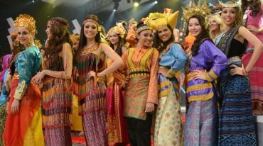 Foto Miss World dengan Balutan Baju Daerah di Indonesia