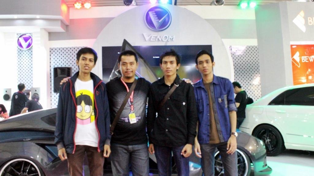 Tiga pemenang Kontes Blog Audio Mobil Venomenal  foto bersama Manager Promosi Venom Indonesia, Rizal (dua dari kiri). Dari kana: Akida juara tiga, Makmur Dimila juara satu, dan paling kiri Rikar juara dua. (FOTO: Crew Venom)