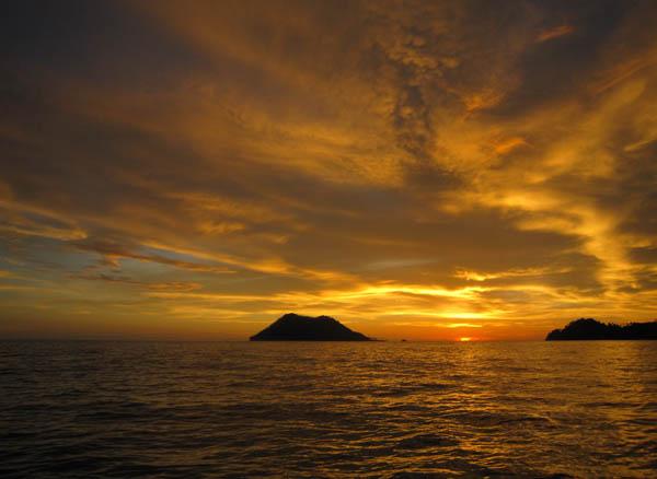 Menikmati sunset di Pulau Bunta (M Iqbal/SeputarAceh.com)