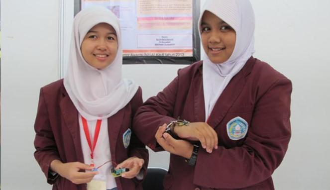 Nurina Zahra dan Tri Ayu Lestari, siswi SMAN 6 Yogyakarta, pencipta gelang anti penculikan (VIVAnews/Tommy Adi Wibowo)