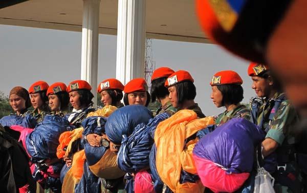 10 wanita terjun payung dari Phaskhas TNI AU (M. Iqbal/SeputarAceh.com)