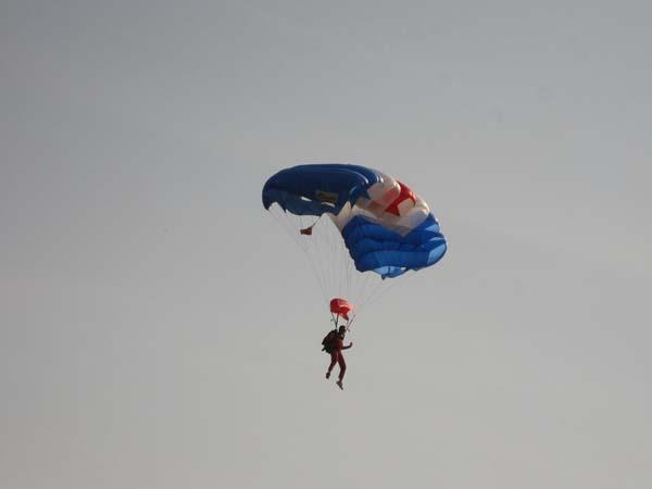 Penerjun siap-siap mendarat di Lapangan Blang Padang (M. Iqbal/SeputarAceh.com)