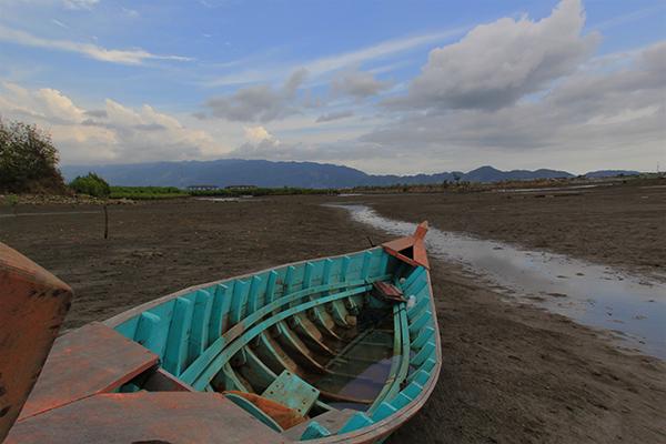Air Surut, perahu nelayan yang terdampar di dekat areal tambak (Foto M Iqbal/SeputarAceh.com)