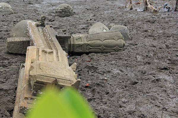 Batu nisan berbentuk tiang silinder corak sederhana menandakan makam pembesar agama pada masa itu (Foto M Iqbal/SeputarAceh.com)