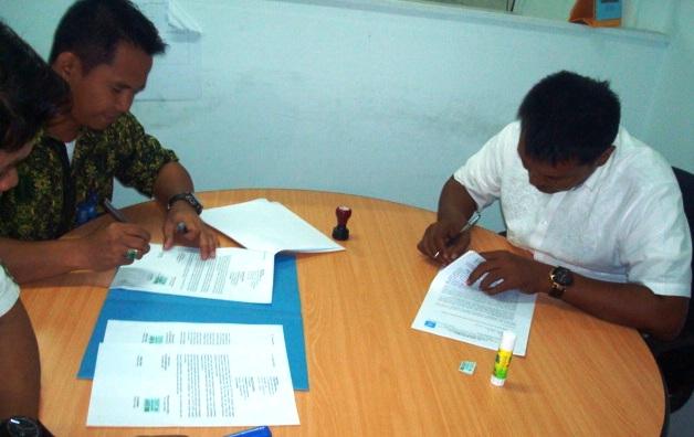 Kepala Bank BRI Syariah Lhokseumawe dan Direk CV.Casa Nova sedang menandatangani surat kerjasama. (IST)