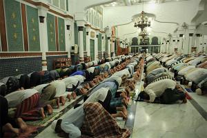 Jama'ah pria melakukan sujud selama shalat Tarawih. (Foto M Iqbal/SeputarAceh.com)