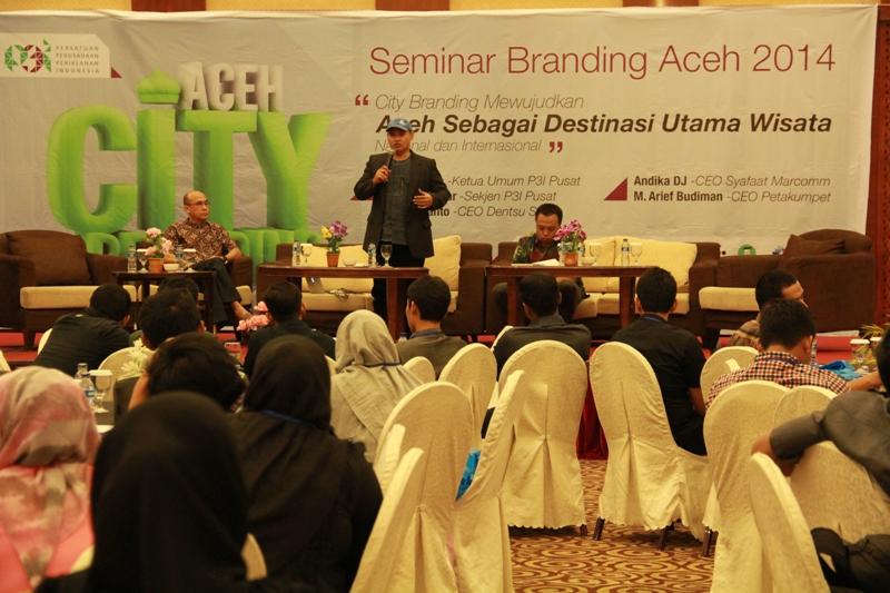 """Andika DJ memaparkan materi seputar """"Sharia Branding untuk Aceh Bersyariah"""" (Foto M Iqbal/SeputarAceh.com)"""