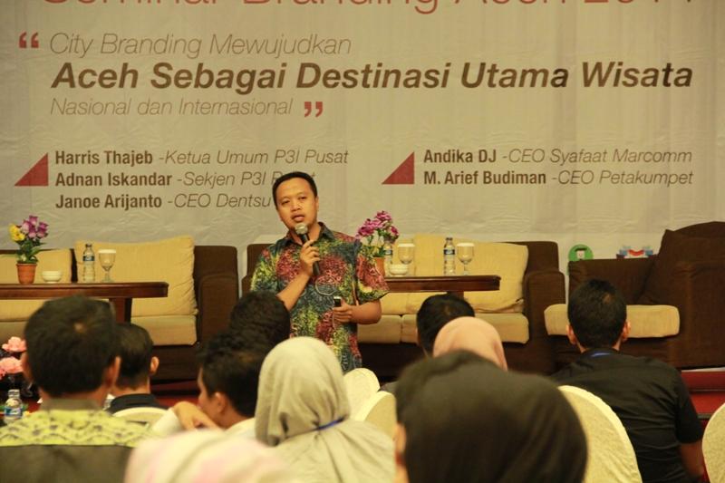 M Arief Budiman sedang menjelaskan materi seputar Creative City Branding (Foto M Iqbal/SeputarAceh.com)