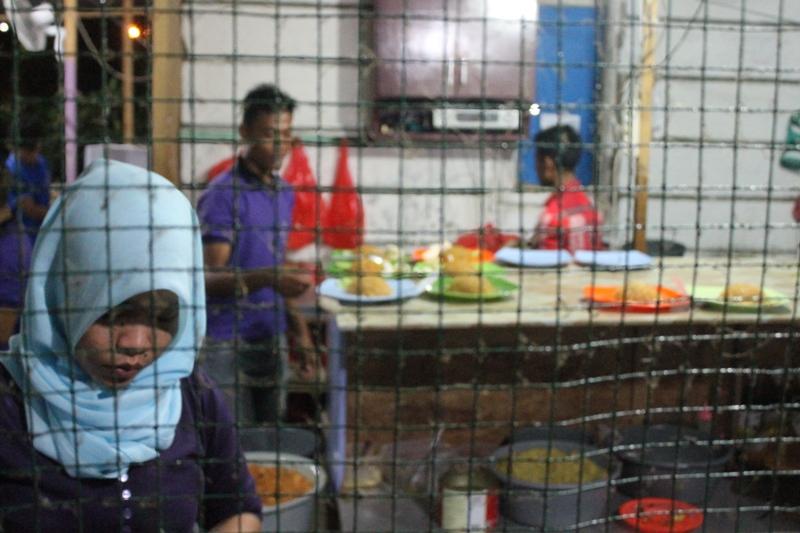 Pekerja di warung nasi goreng Buk Lin (Foto Alfath Asmunda/SeputarAceh.com)