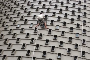 Foto Pekerja Sedang Mempercantik Museum Tsunami