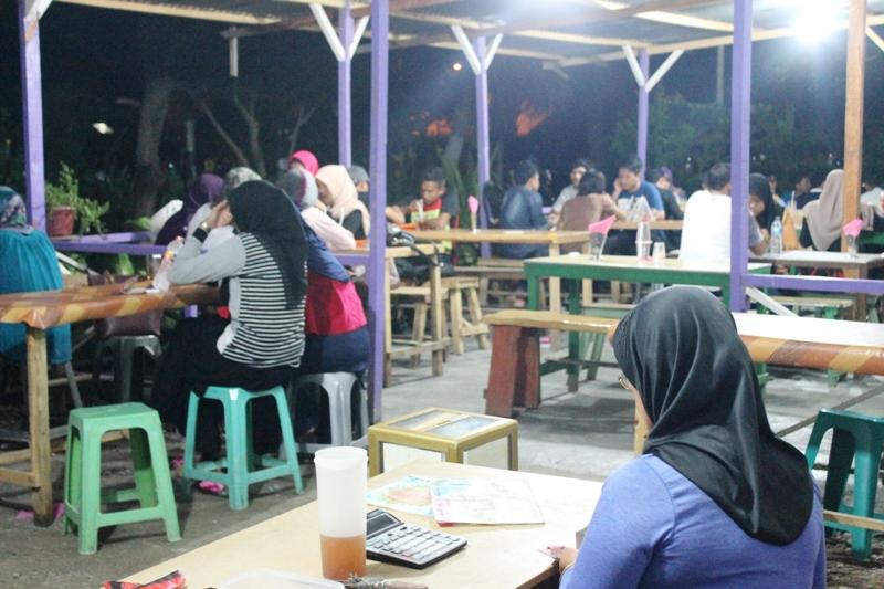 Suasana warung nasi goreng Buk Lin malam hari (Foto Alfath Asmunda/SeputarAceh.com)