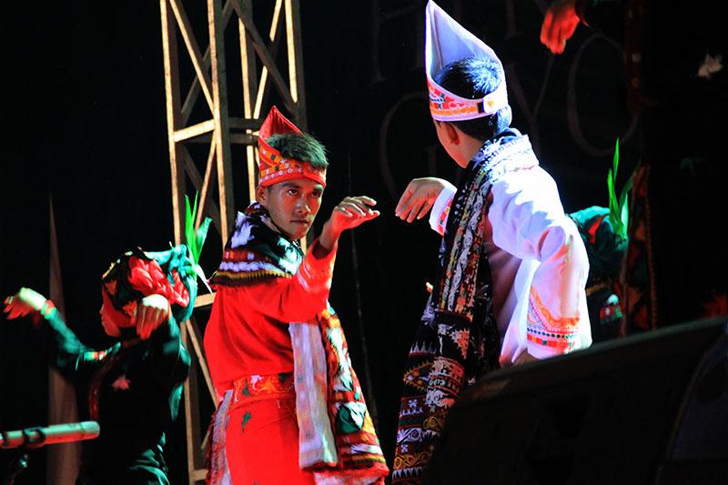 Dua orang laki-laki penari Guel saling bertatapan di acara Gayo Art Summit (Foto M Iqbal/SeputarAceh.com)