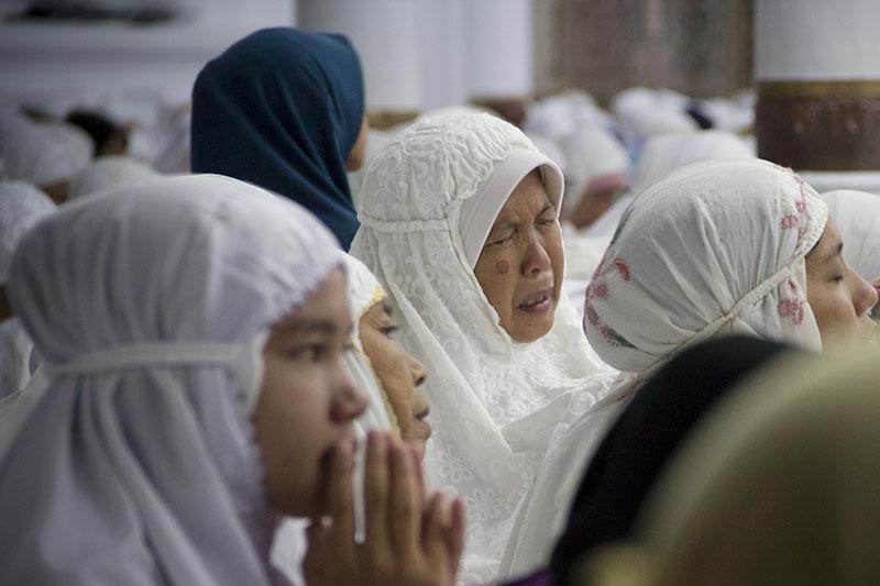 Jamaah sedang khusyu' mengikuti zikir di dalam Masjid Raya Baiturrahman (Foto M Iqbal/SeputarAceh.com)