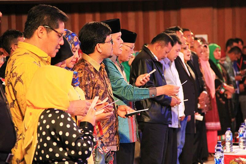 Para tamu menyanyikan lagu Tawar Sedenge saat pembukaan Gayo Art Summit di Gedung AAC Dayan Dawood Banda Aceh (Foto M Iqbal/SeputarAceh.com)