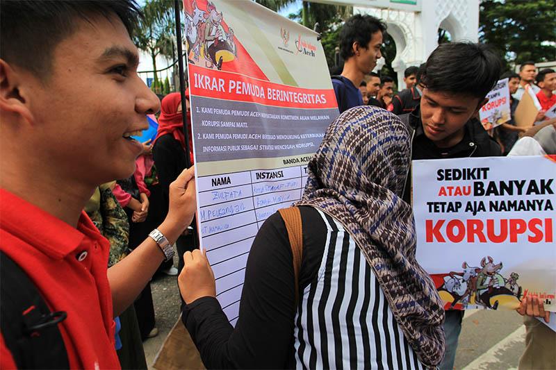 Pemuda-Pemudi melakukan ikrar di Hari Anti Korupsi Internasional (HAKI) di depan Masjid Raya Baiturrahman, Banda Aceh. (Foto M Iqbal/SeputarAceh.com)