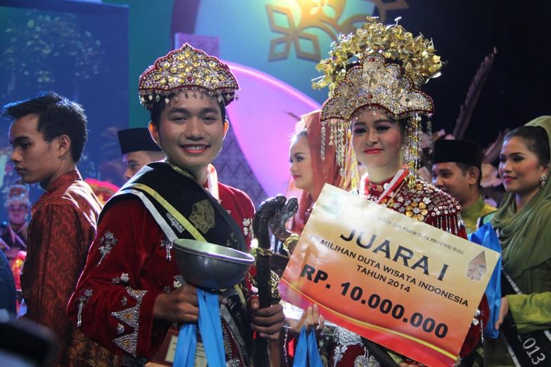 Aleo Saputra dan Annisa Rohmah pada Malam Grand Final Pemilihan Duta Wisata Indonesia di Pekanbaru (IST)