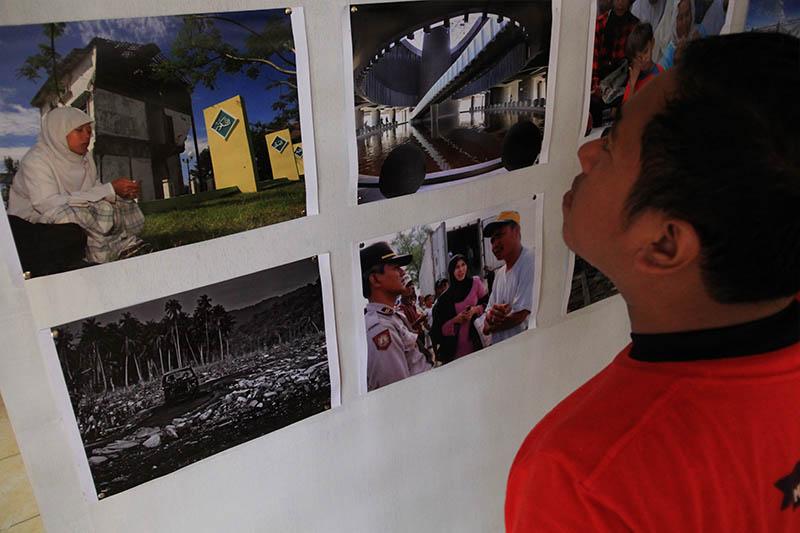 Warga melihat foto-foto pameran di gedung escape building tsunami Banda Aceh (Foto M Iqbal/SeputarAceh.com)