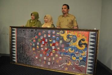 """Seniman Aceh Ini Lahirkan Lukisan """"Batik Tsunami"""""""