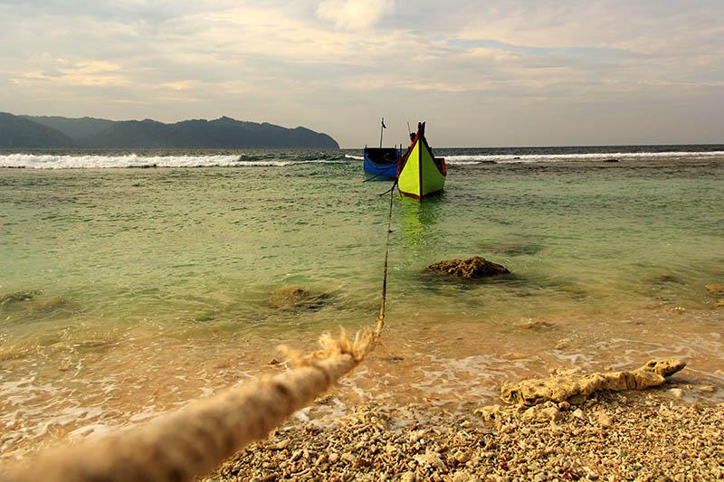 Boat nelayan yang mengantar wisatawan berlabuh tanpa ada dermaga di Pulau Batee (Foto M Iqbal/SeputarAceh.com)