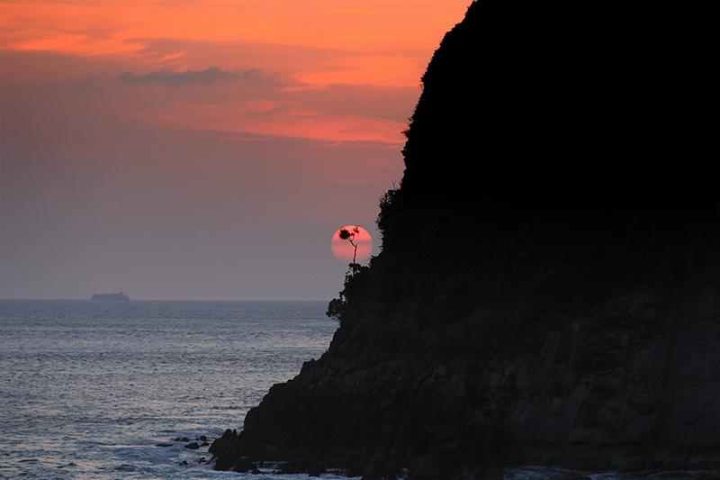 Suasana yang tidak mungkin dilewati di Pulau Batee, yakni menikmati matahari terbenam alias sunset (Foto M Iqbal/SeputarAceh.com)