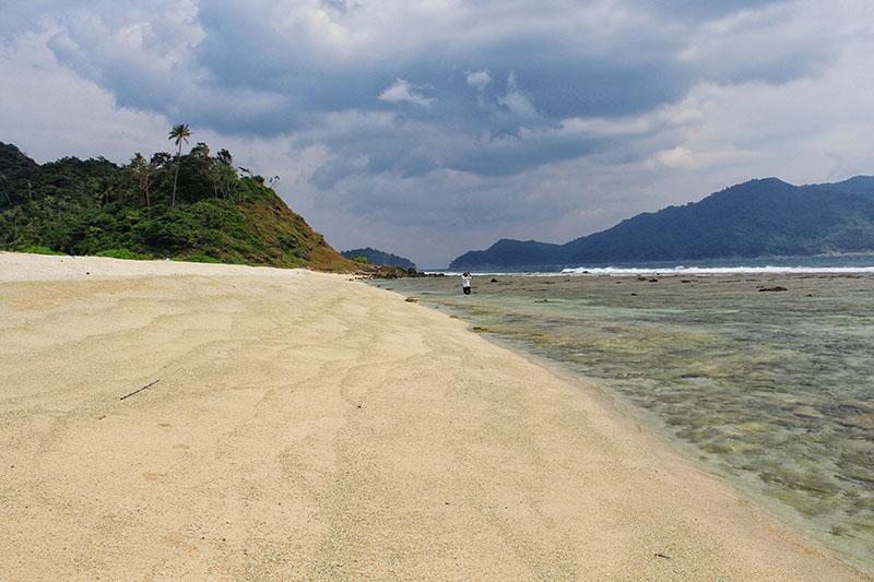 Keadaan serta kontur dari pantai Pulau Batee dikelilingi oleh karang (Foto M Iqbal/SeputarAceh.com)