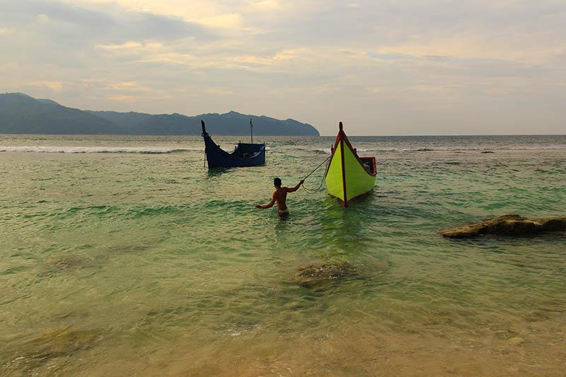 Pawang merapatkan boatnya ke pantai Pulau Batee (Foto M Iqbal/SeputarAceh.com)