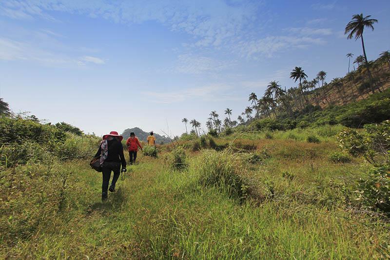 Wisatawan lokal sedang melewati medan untuk menelusuri Pulau Batee, Aceh Besar (Foto M Iqbal/SeputarAceh.com)