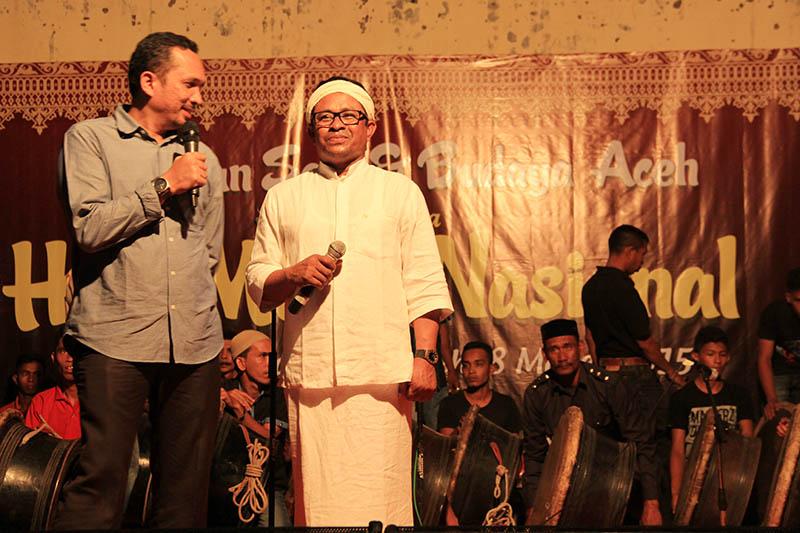 Rafly mengajak kadisbudpar Aceh naik ke panggung